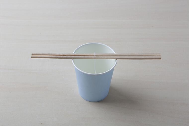 アロマキャンドルの作り方 キャンドル芯を割り箸で固定