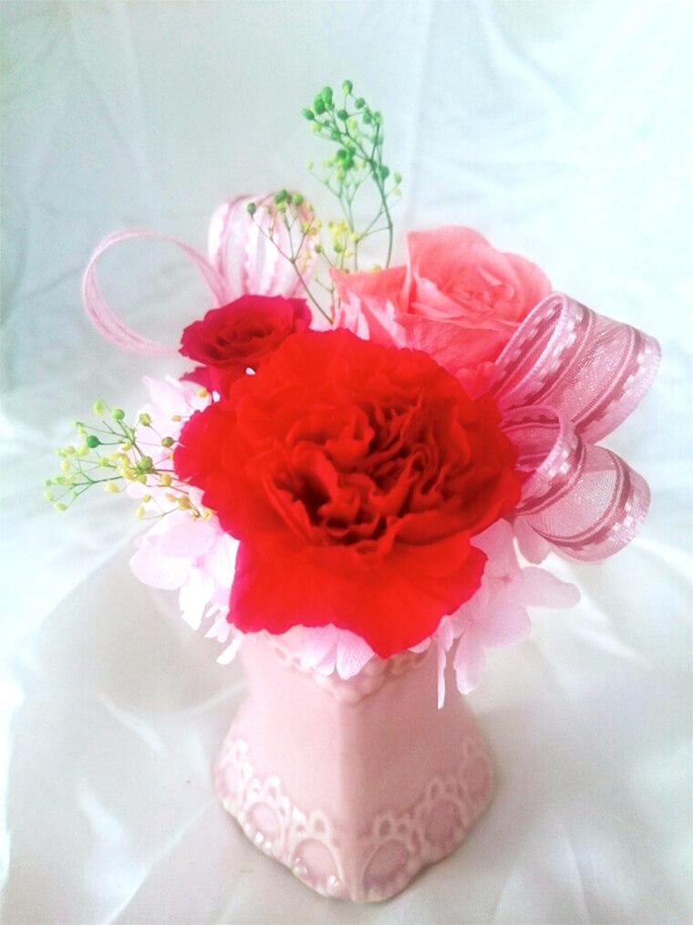 カーネーションとバラで作る、母の日のプリザーブドフラワーアレンジメント