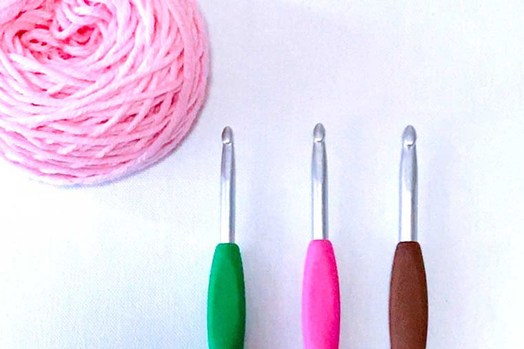 初心者 編み物 初心者におすすめの編み物!材料は100均とネット通販で!おすすめの入門書まとめ [ママリ]