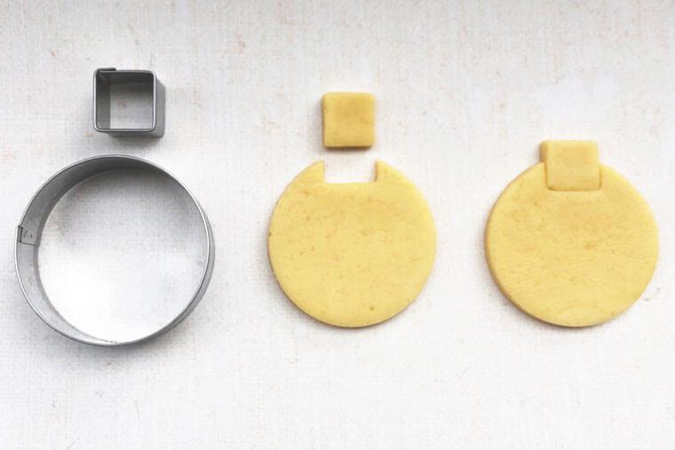 水ヨーヨーデザインのアイシングクッキーの作り方 ツリーオーナメント型に抜く