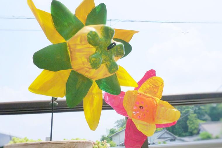 カラフルな『ペットボトルの風車』のかんたんな作り方