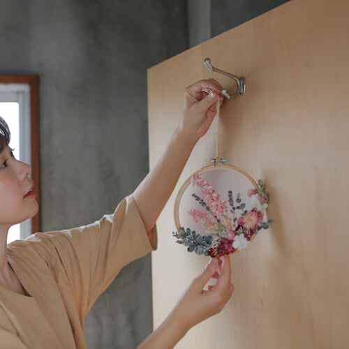 Story 02. 軽くて華やか。立体絵画のように壁を飾れる理想の「アートフレーム」に出会う。